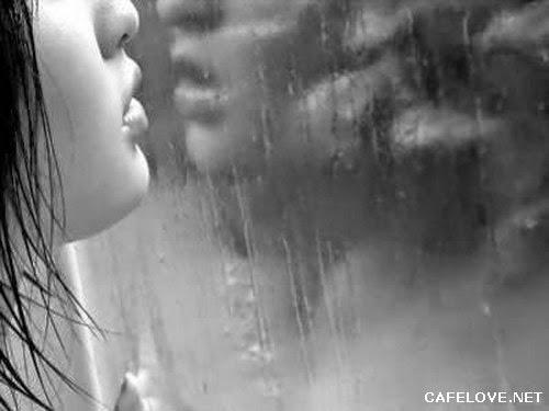 Hình ảnh cô gái khóc khi trời mưa