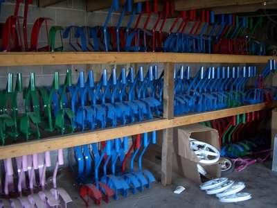 dépôt de cadres de trottinettes amish, dans une grange