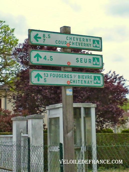 Exemple de panneaux avec des directions cyclistes et des numéros de circuits d'itinéraires -  La Loire à vélo sans prendre l'eau par veloiledefrance.com