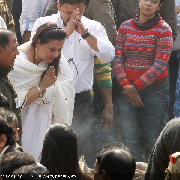 Moon Moon Sen pays her last respect to her mother Suchitra Sen&#039;s before the actress was laid to rest, in Kolkata. <br /> <br />