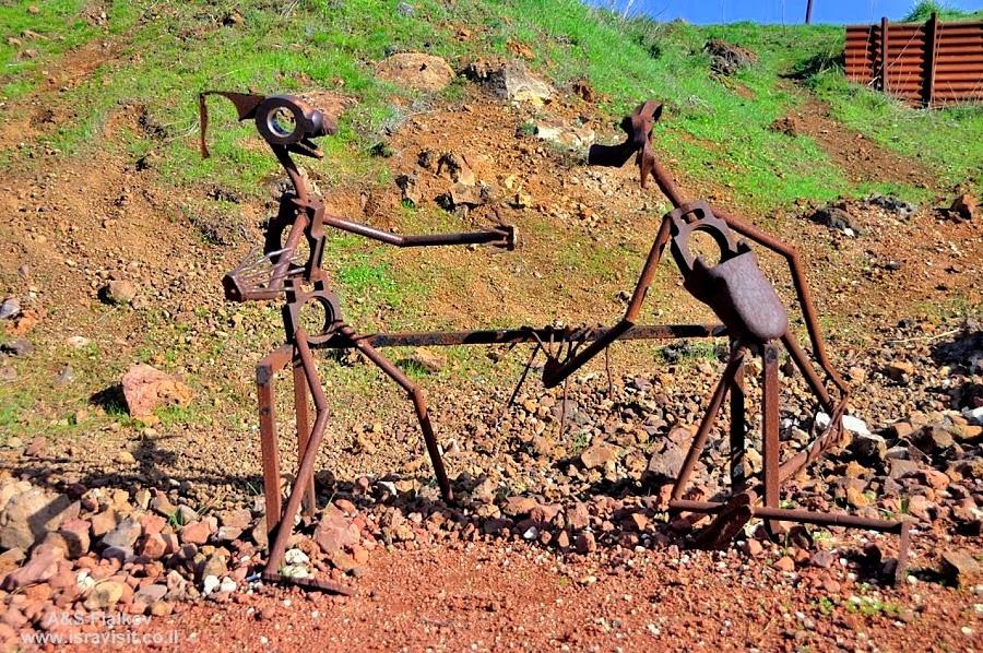 Гора Бенталь. Веселые фигурки из подбитой боевой техники