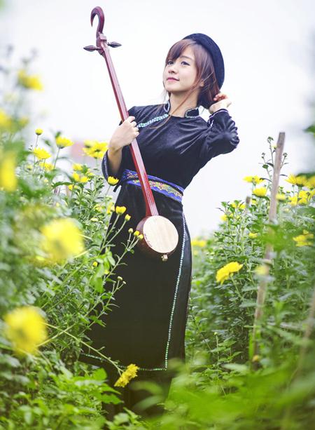 Ảnh cô gái Tây Bắc xinh đẹp chơi nhạc cụ dân tộc