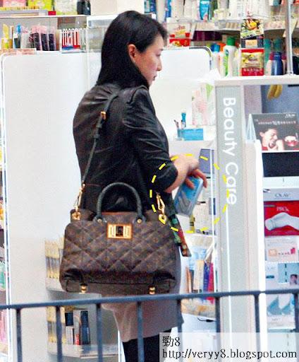 孭貴袋買平貨 <br><br>現貴為闊太的陳伶俐,孭逾五萬元的 LV手袋,她甫入店舖,第一時間揀選驗孕棒,不避忌攞住四圍行。
