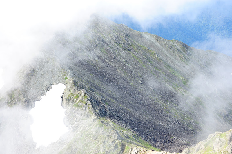 霧の穂高への縦走路の一部の写真
