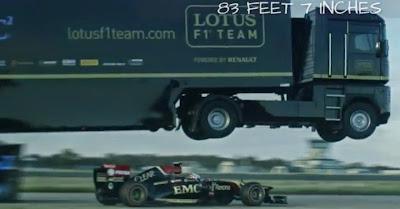 Camião bate recorde do Mundo saltando por cima de carro da Fórmula 1