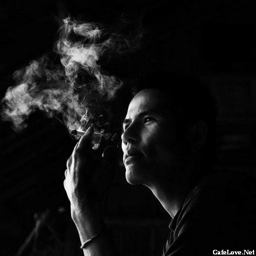 Ảnh đàn ông hút thuốc suy tư trong đêm