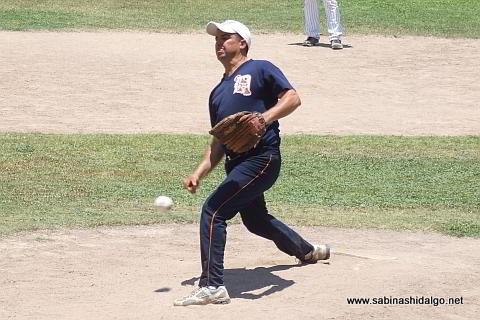 Eduardo Garza lanzando por Tigres en el softbol dominical