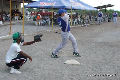 Carlos Román bateando por SUTERM en el softbol del Club Sertoma