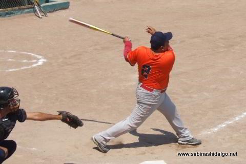 Javier González bateando por Burócratas A en el softbol dominical