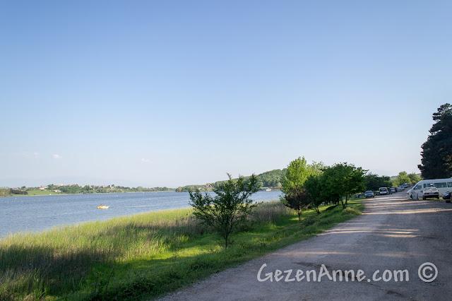 Sakarya Poyrazlar Gölü kenarında arabayla giderken