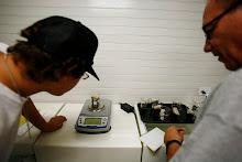 Un grupo de ciudadanos analiza el muestreo de agua en el área de la Hacienda La Esperanza en el laboratorio de las facilidades.