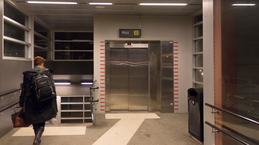 Hissen från spårövergången till station Alvesta C och gatuplanet