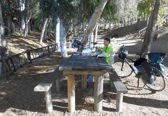 Rastplatz unter Eukalyptus-Bäumen in Pizarra, Andalusien