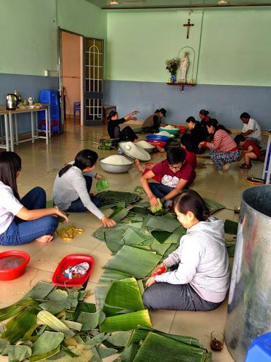 Giáo xứ Núi sạn góp công làm bánh tét chia sẻ cho những người có hoàn cảnh khó khăn trong dịp tết Ất Mùi