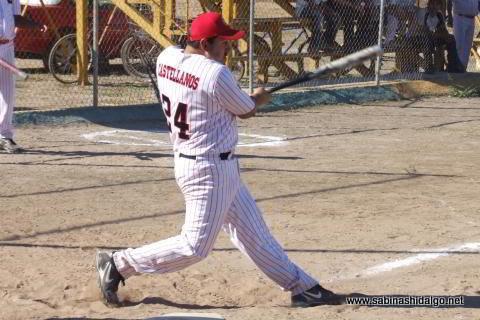 Edgar Castellanos bateando por CNC en el softbol sabatino