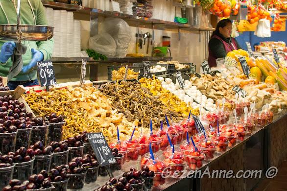 çeşit çeşit kuru mantarlar, hazır meyveler, La Boqueria Barselona