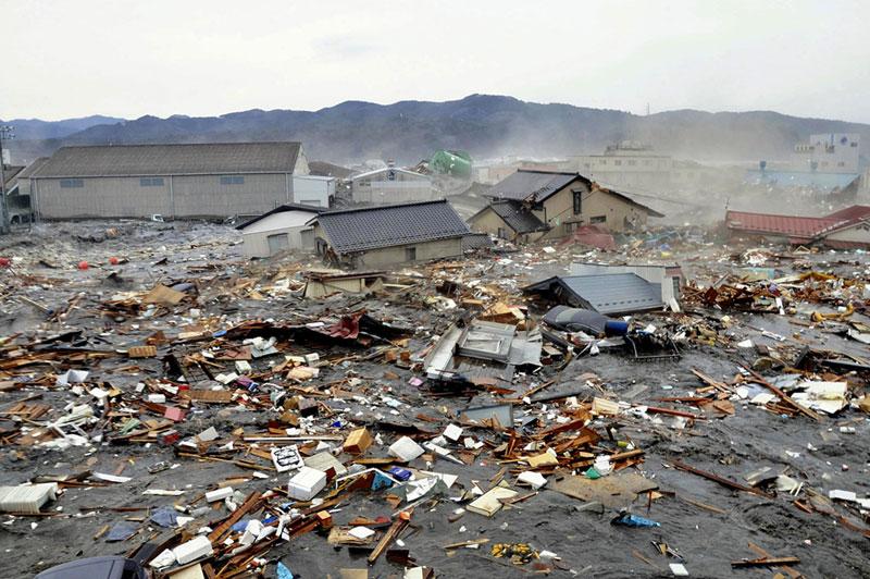 https://lh4.googleusercontent.com/-dyiPxRBJtKw/TXpEUDPdBSI/AAAAAAAABgo/1I-H9uEZWMA/s1600/japan-tsunami-earthquake-photo-stills-005.jpg