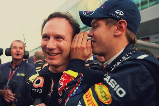 Себастьян Феттель шепчет что-то на ухо Кристиану Хорнеру на Гран-при...
