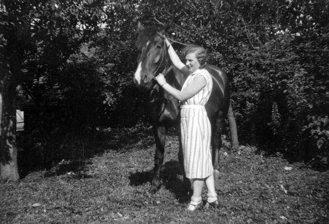 1926%252C+Mutter+mit+Pferd+in+Gregersdorf+2.jpg