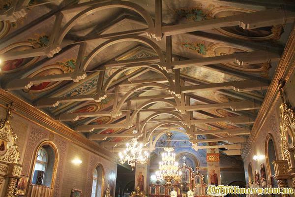 Дерев'яні балки стелі храму