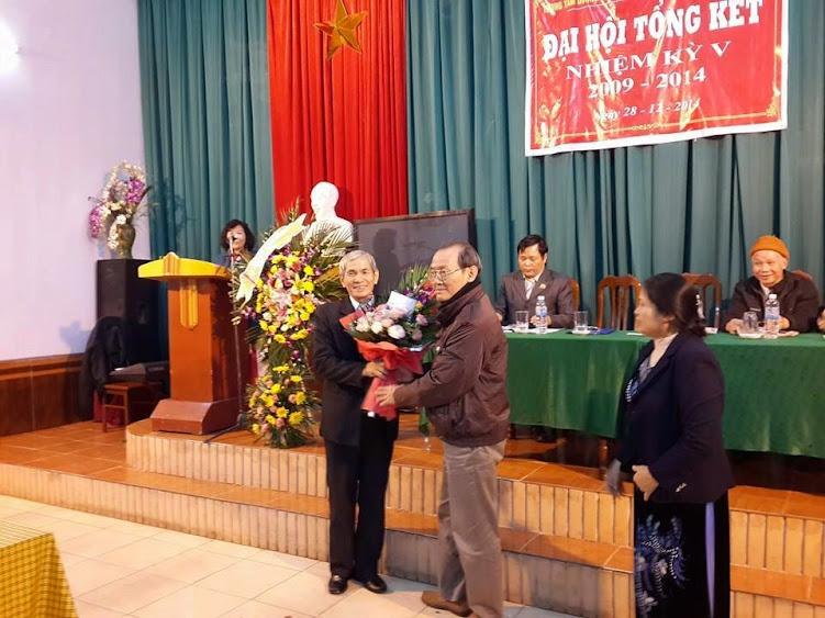 Lương y Tạ Minh tặng hoa Đại Hội