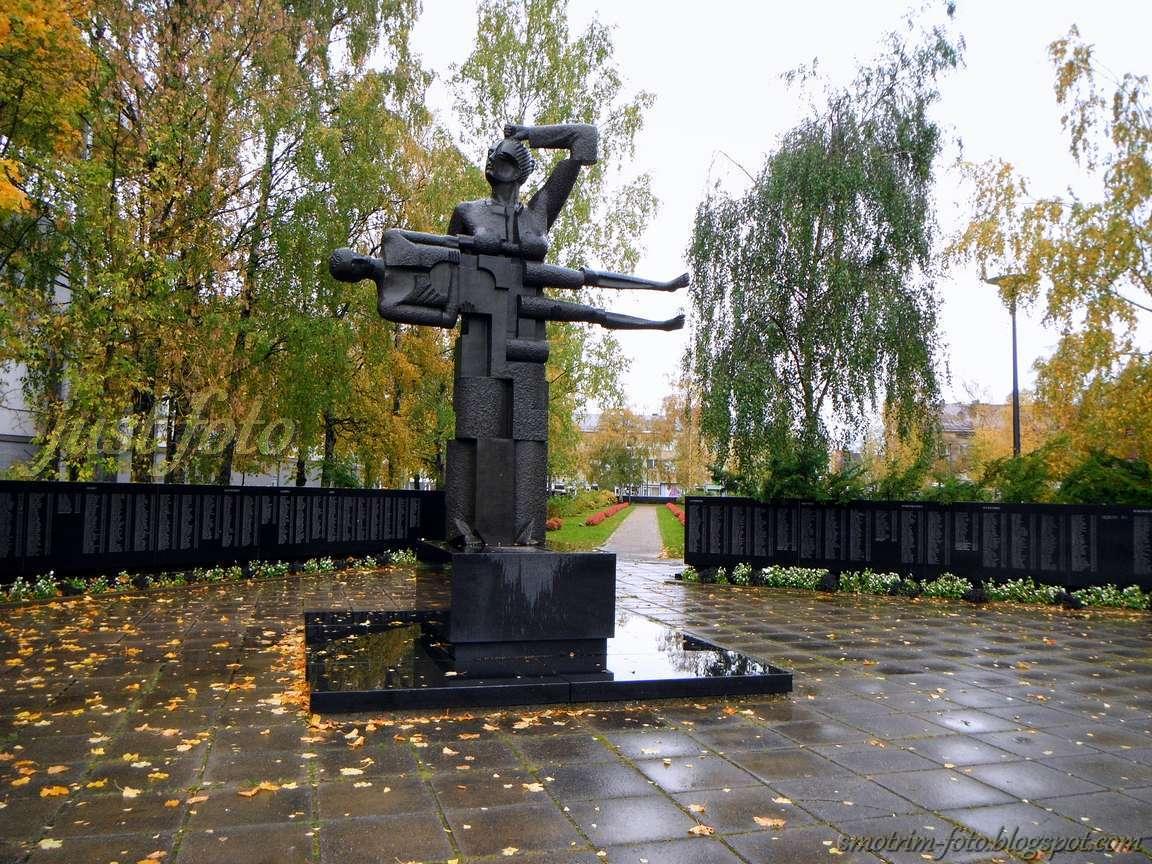 Памятник на мемориальном кладбище Лаппеенранта фото