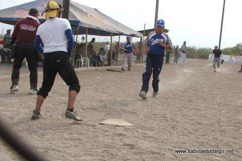 Jesús Cantú de SUTERM anotando en el softbol del Club Sertoma
