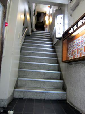 狭くて傾斜がきつい2Fのお店への階段