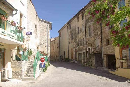 La rue principale du village de Rougon