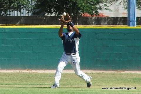 Rafael de Llano fildeando por Tiburones en el beisbol municipal