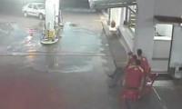 سيارة تصطدم بمحطة بنزين