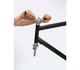 Installation d'une suspension avant sur un ICE Q BearingCupPress