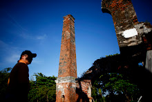 Un grupo de ciudadanos hace un recorrido por la Hacienda y observa el trapiche de vapor y la chimenea.