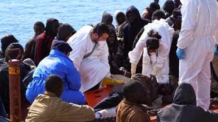 Một số người nhập cư được trợ giúp y tế sau khi được đưa về đảo Sicily (ảnh: