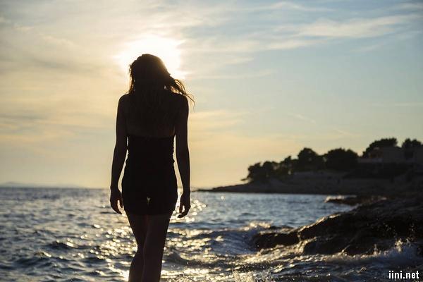 ảnh cô gái lang thang dưới biển
