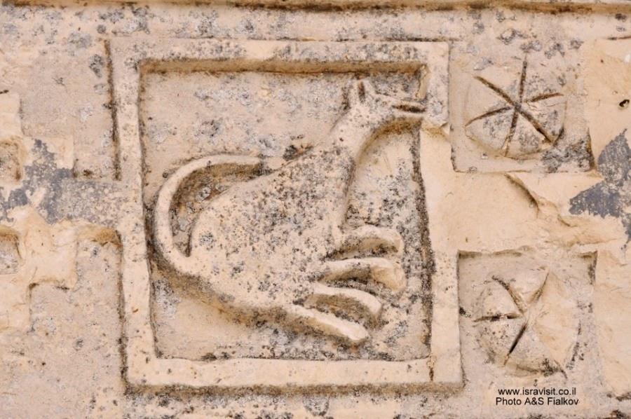 Церковь христиан маронов в Бирам. Изображение кенгуру над входом. Экскурсия по Верхней Галилее. Гид в Галилее Светлана Фиалкова.