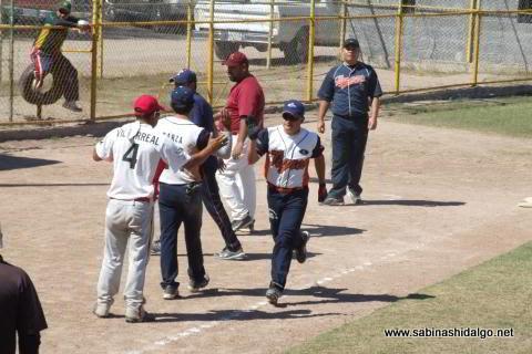Juan Manuel Siller de Tigres en el softbol dominical