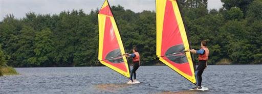Bruselas Valonia: pareja haciendo windsurf en un rio