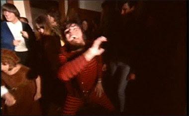 Карл танцует для Касс Эллиот и других «шишек» (в фильме «Мондо Голливуд»)