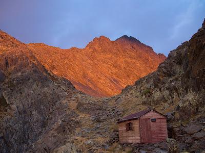 Sortida de sol des del refugi dels Estanys Forcats, amb la Roca Entravessada darrere