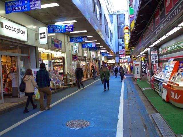 横浜駅西口から五番街改札の方に向かう道