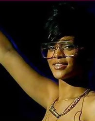 Rihanna com óculos de sol