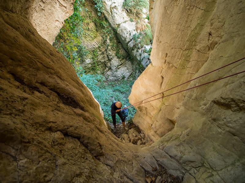Rapel·lant dins del pont natural de roca