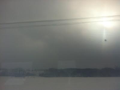 雪の中薄日が差す車窓