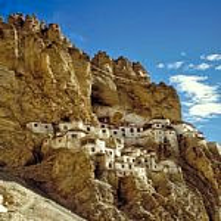 崖の洞穴からこぼれ出る村・ファグタール・ゴンパ