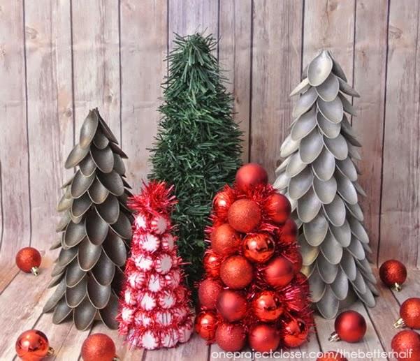 Árvores de Natal para enfeitar com colheres de plástico