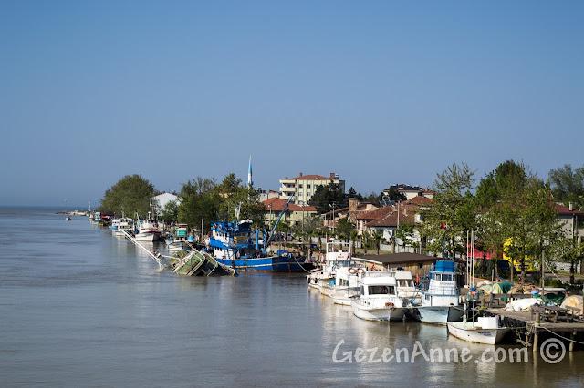 Sakarya, Karasu, Yenimahalle'de nehir kenarındaki tekneler