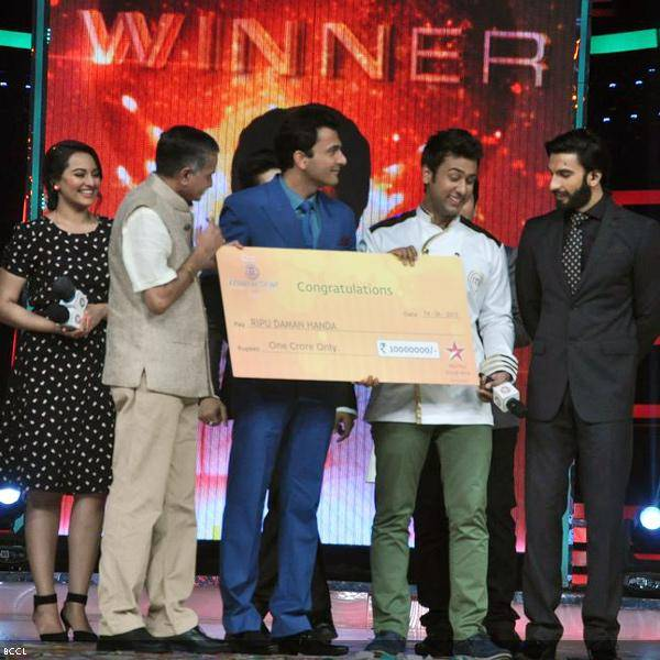 Winner Ripu Daman Handa handed a prized cheque during the grand finale of the cookery show Master Chef Season 3, held in Mumbai. (Pic: Viral Bhayani)<br />