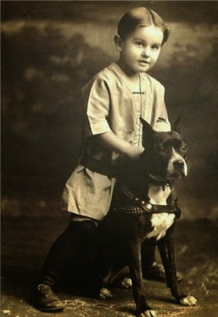 Foto de um menino e seu Pit Bull no século XIX