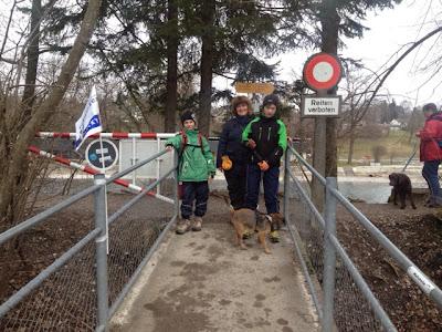 Border Terrier Charly wartet mit Familie am nächsten Posten.